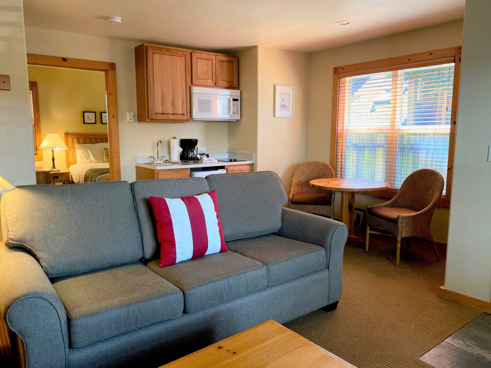 Queen Suite with Sofabed, 1st Floor, Pets Allowed LR 2